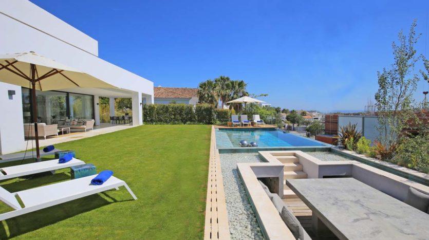 Luksusowe nieruchomości w Hiszpanii - taras z widokiem na morze