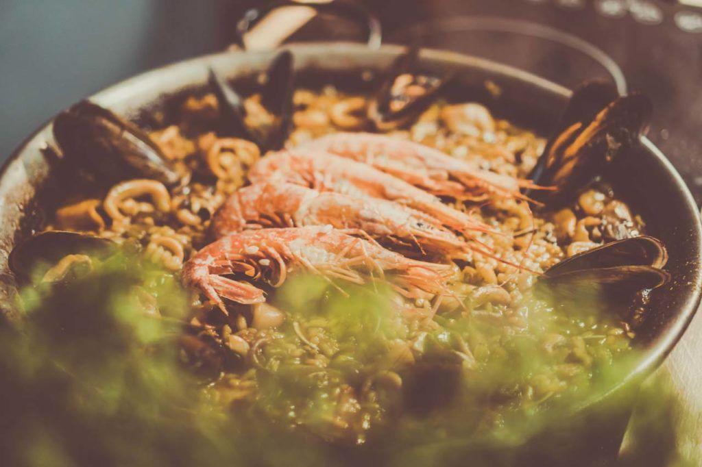 Paella - tradycyjna potrawa hiszpańska pochodząca z regionu Walencji